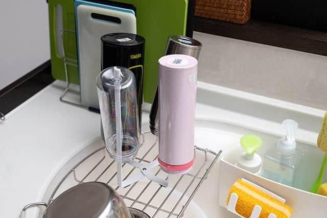 もう倒さない!水筒やペットボトルを安定して干せるキッチンエコスタンド