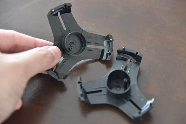 小巻のテープをセットするにはリールをぱかっと開きます