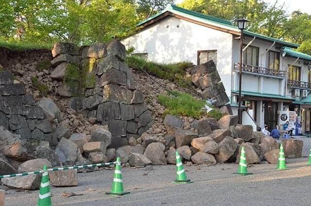 加藤神社の石垣も崩れる