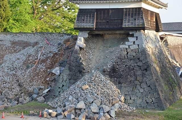 戌亥櫓の地盤の石垣も崩れる