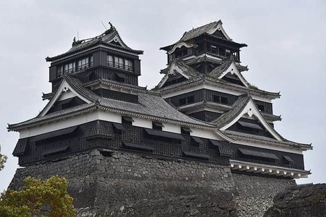 加藤神社から見える天守閣と小天守