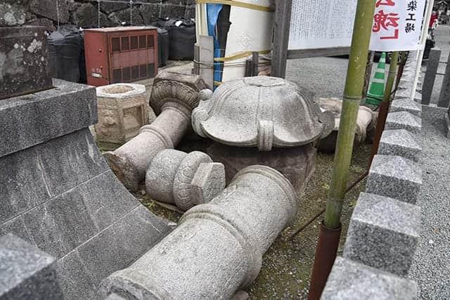 加藤神社の倒れた灯篭