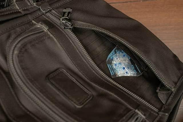 TUMIのポケットに乾燥剤を入れる
