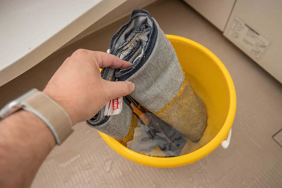 バケツに40度のお湯を入れてジーンズを突っ込む