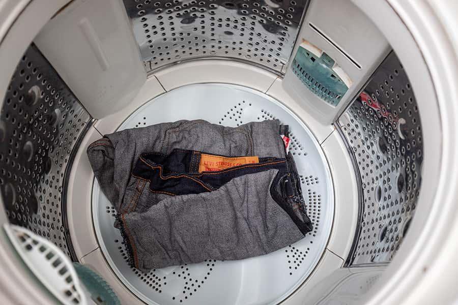 洗濯機に入れて洗濯します