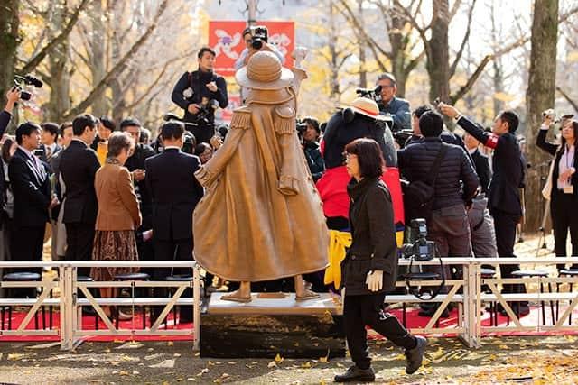 除幕式直後は関係者の記念撮影祭りで背中しか見れませんでした