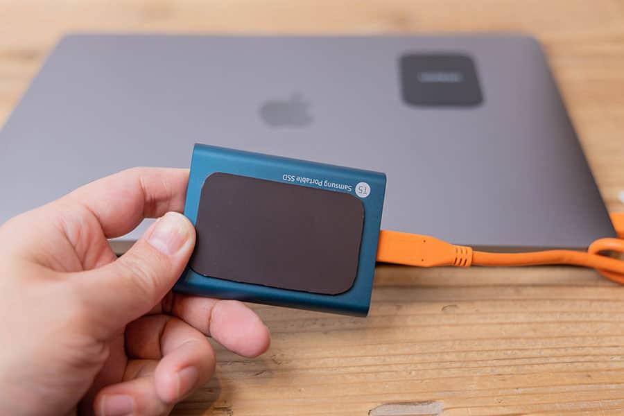 SSDにマグネットシートを貼り付ける