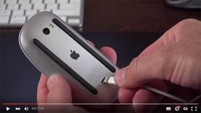 充電するにはMagic Mouse 2の裏面にLightningケーブルを挿します。
