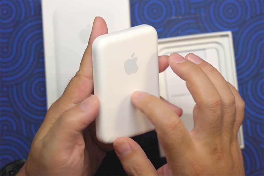 ちょっと弾力性のあるプラスチック使われてるバッテリー本体