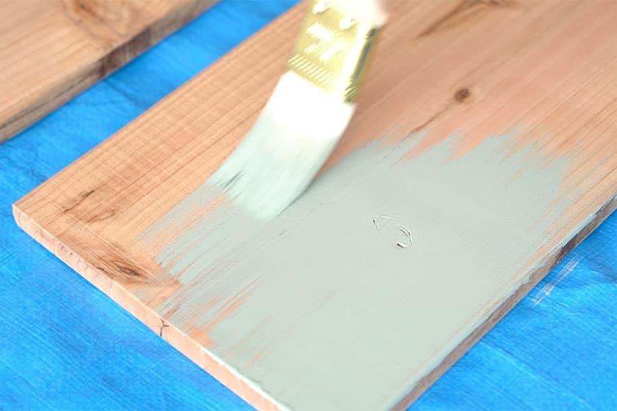 古材の新しい断面にピスタチオグリーンを塗る