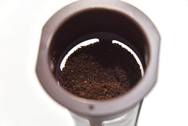 ストレーナーにコーヒー粉を80g入れる