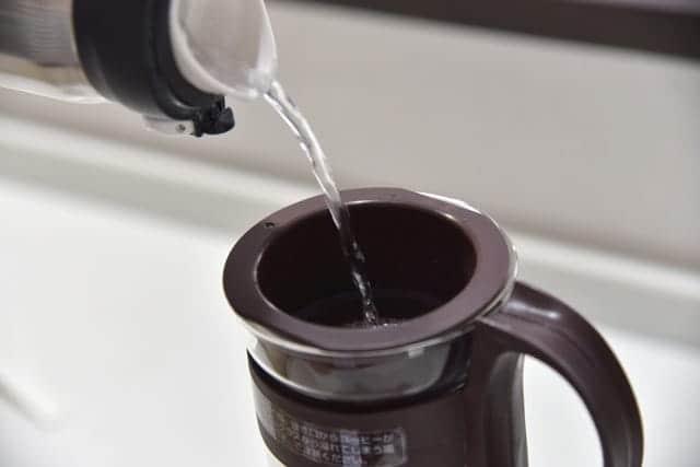 粉全体が湿るように少量ずつ水を注ぎドリップする