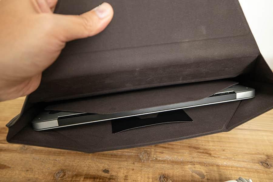ケースの内側 MacBook Air 13.3インチを入れるとこんな感じ