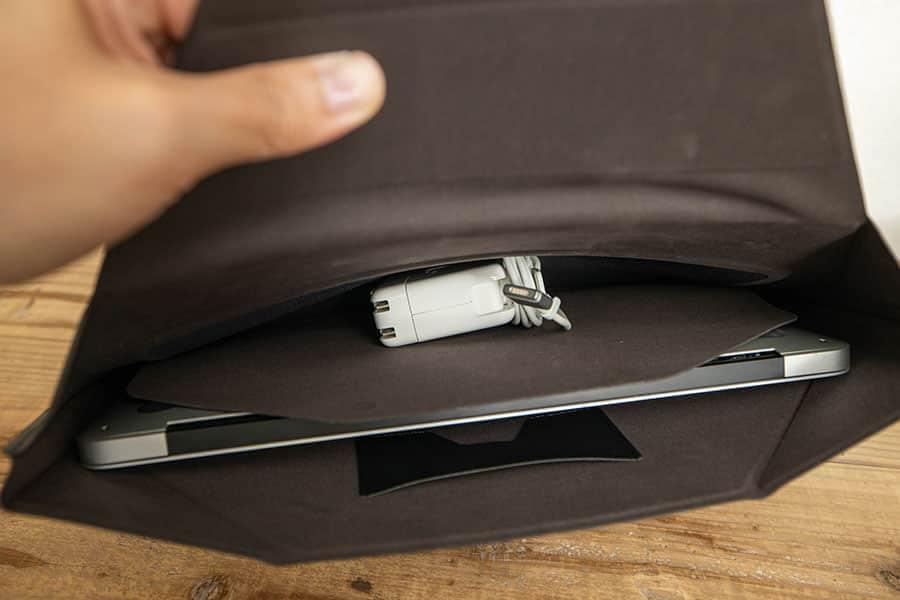 内側の収納ポケットに電源アダプタを入れる