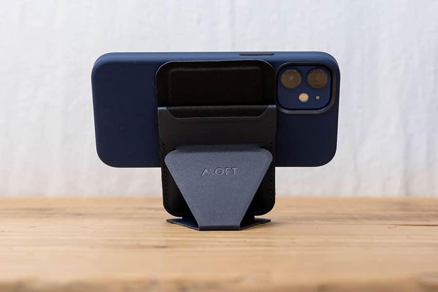 iPhone 12 miniとシリコーンケースとMOFTマグネットスタンド&ウォレット