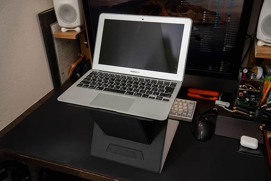 MOFT ZにMacBook Airを載せたところ
