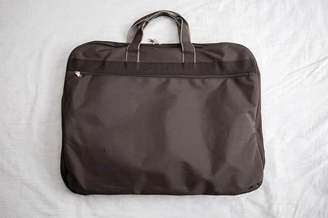 専用のスーツバッグ