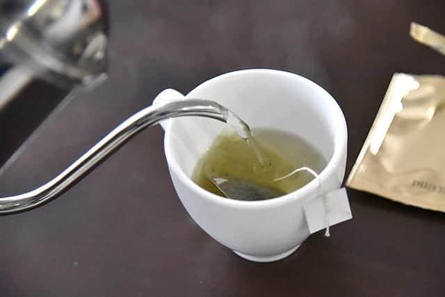 マグカップにお湯を注ぐ