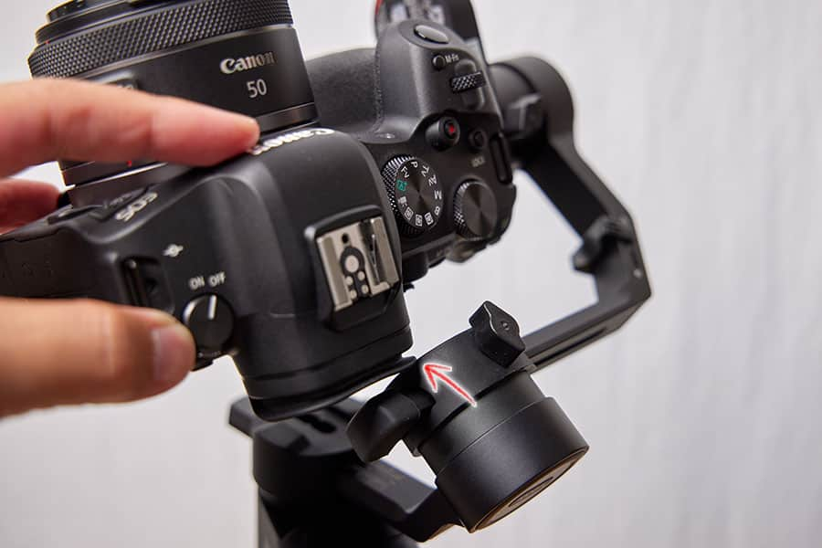 若干チルト軸にカメラが干渉する