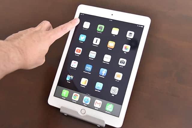縦置きのiPadの上部を指で押しても倒れない。