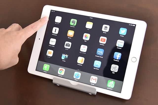 横置きのiPadの上部を指で押しても倒れない。