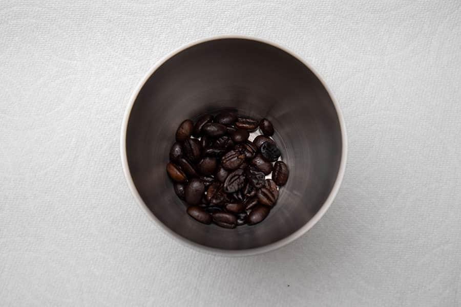 受缶に入れてコーヒーの量を計る