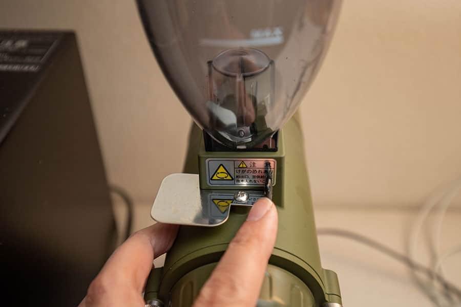 シャッターを開けてコーヒー豆を落とす