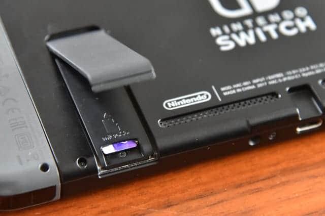 Nintendo Switch スタンドの裏にmicroSDカードスロット