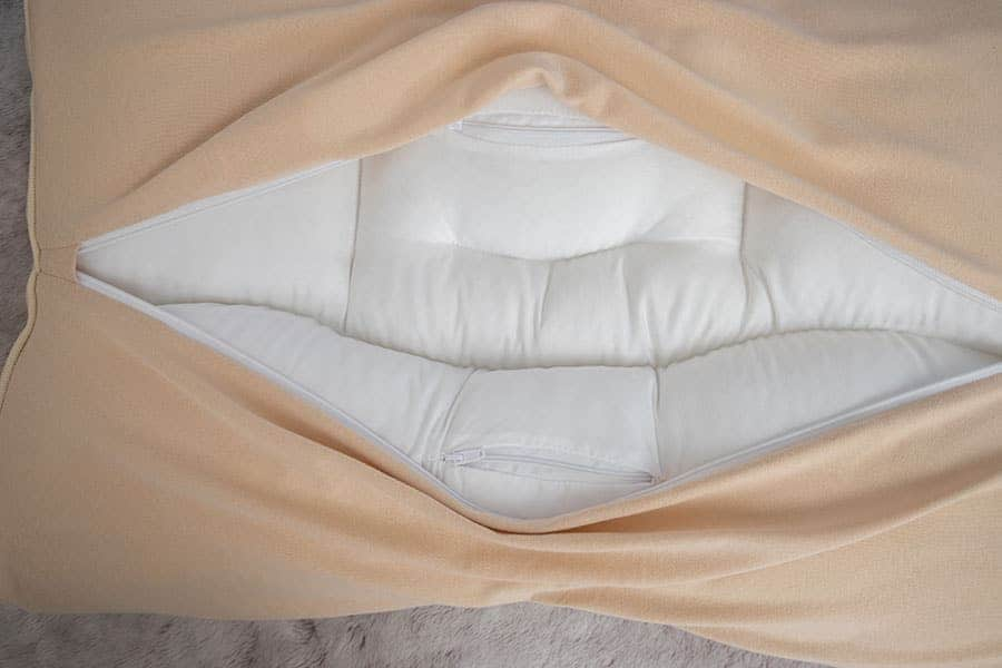 枕本体の裏面には2箇所ファスナーがある