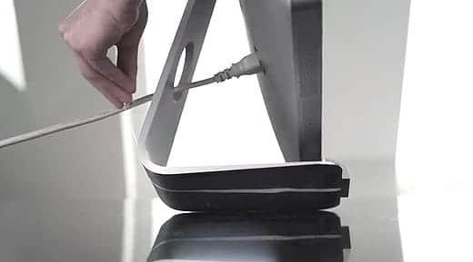 iMacのスタンドの下にケーブルを這わせる