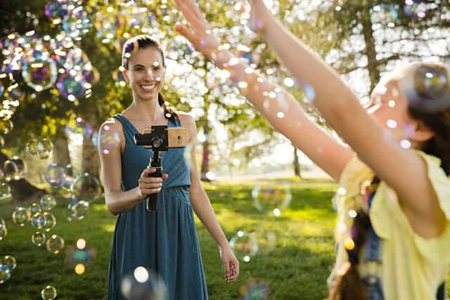 iPhoneなどスマホのカメラのブレをなくす!自動追尾もできる『DJI Osmo Mobile』最大4.5時間駆動可能。