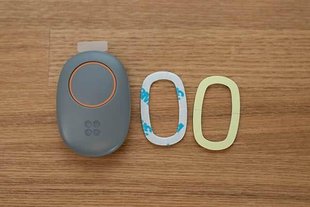 つながるボタン本体と両面テープ