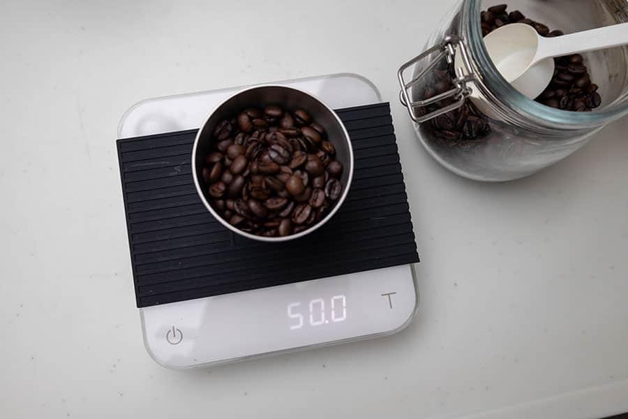 コーヒー粉を挽く