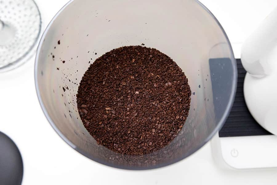 タンクに175gの荒挽きにしたコーヒー粉を入れる