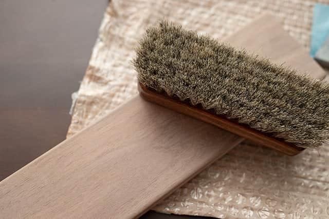 ブラシで木くずを取り除く