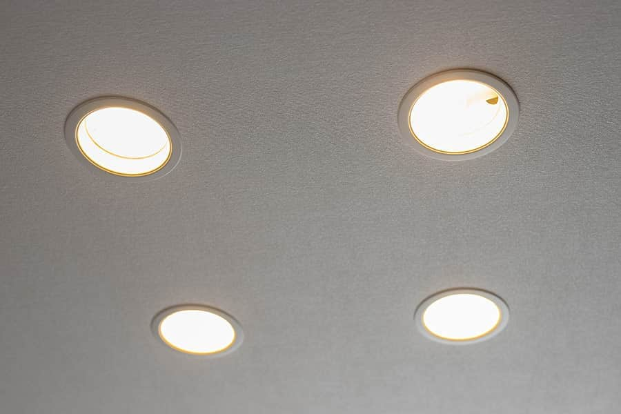 ダウンライトに100W形LED電球を差し込み、無事に点灯しました
