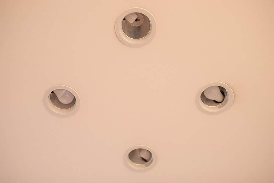 ダウンライトにT形LED電球と100W形LED電球