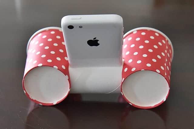 後ろから見たiPhone用の紙コップスピーカー