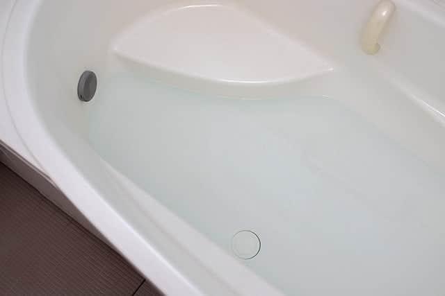 浴槽にお湯をためる