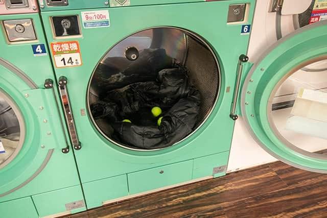 コインランドリーの乾燥機に入れたダスパーカ