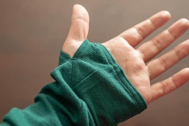 袖がちょっとだけ長く、袖先から指を出せる