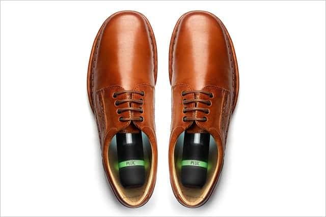 充電式UV除菌消臭器 PEDIC (ペディック)を革靴に入れた写真
