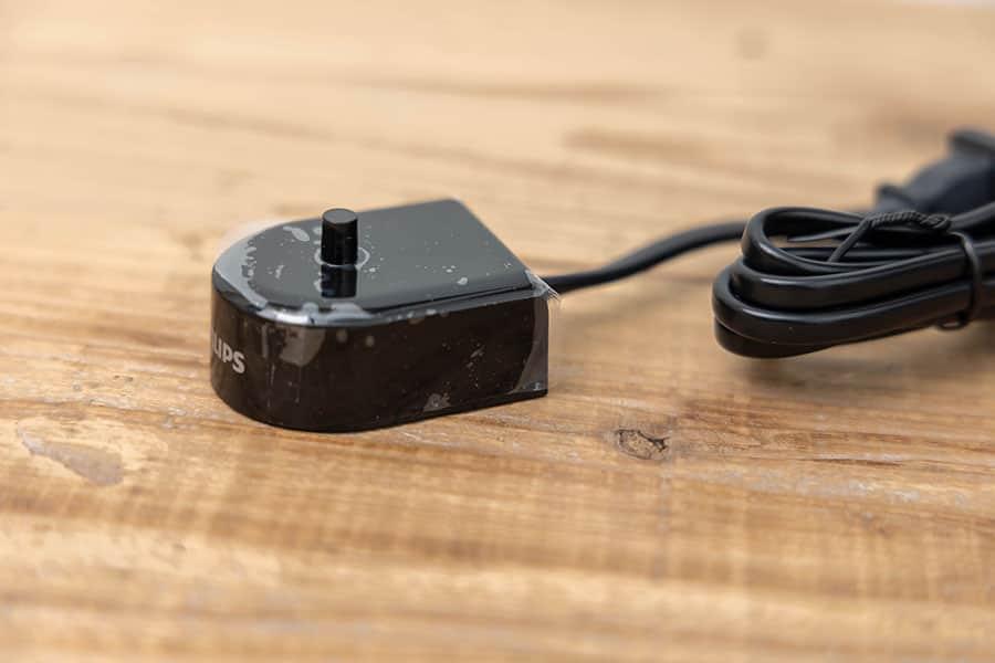 充電器の突起の上に電動歯ブラシを立ててセットして充電します