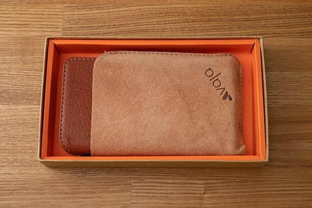 箱を開封すると、革ケースが革カバーに包まれてました