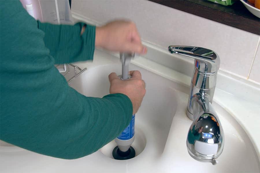 真空ポンプを排水口の上にしっかり固定して、つまりが流れるまでハンドルを上下させます