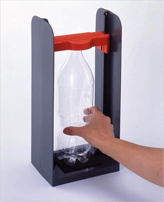 旭電機化成のペットボトルつぶし