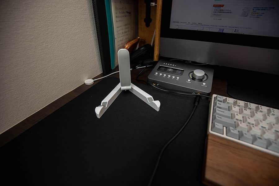 デスクに置いたタブレット用スタンド