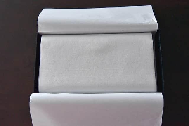 白い紙をめくるとさらに分厚い白い紙が