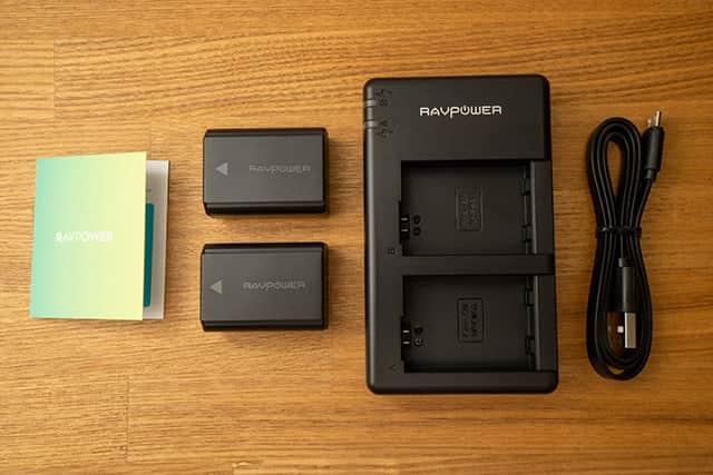 保証内容の案内と、バッテリー2本、2本同時充電器とマイクロUSBケーブル