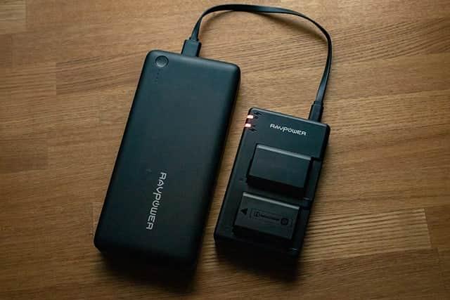 マイクロUSB端子なのでモバイルバッテリーでも充電可能
